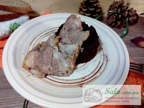 Свиная грудинка с пряным свекольным пюре